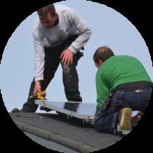 installeren zonnepanelen op het dak